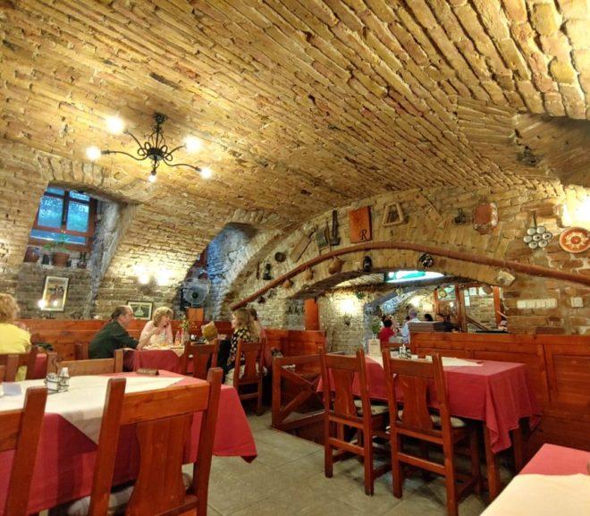 半地下のオシャレなハンガリー料理レストラン(Regos Vendeglo es Falatozo )
